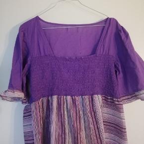 Upcycled kjole, lavet af en gammel skjorte og en gammel kjole. Jeg er 165 og den går mig til lige over knæet. Fitter M/L