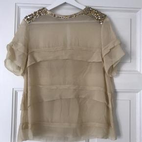 Sælger denne fine bluse med håndsyet palietter på.