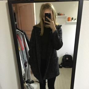 Lækker varm vinterjakke aldrig blevet brugt, da jeg har så mange jakker, jakken er fra cco suc og en 38 men er selv 36 og passer egentlig fint nok