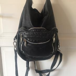 Fin taske fra nunoo. Kan bruges som skuldertaske eller som rygsæk.