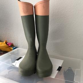 Super lækre aigle (i samarbejde med Paul & Joe) gummistøvler. De er vitterligt ikke brugt særlig mange gange, men sådan nogle bliver hurtigt beskidte da det jo regner når man går ud med dem 😉. str. 38, Byd