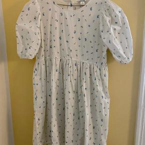 Fin kjole fra Monki med pufærmer. Brugt meget lidt og fejler ingenting. Bytter ikke, handles der over ts betaler køber ts gebyr