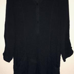 Fin sort tunika fra Estelle i str 40/L. Viscose/polyester. Brystmål: 2x51 cm, længde 87 cm. Bytter ikke. Sælges for 150 kr. Se også mine andre annoncer!!!