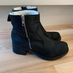 Dejlige varme støvler - brugt, men stadig i fin stand.
