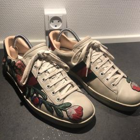 100% ægte Gucci Ace Floral Cream sneaker i Gucci 42.5 (de er lidt stramme, så vil sige de passer en 42).. Modellen er helt udsolgt og udgået, den fåes nu kun i hvid - dette vil dog være kvinde modellen..   Super fede sneaks i kanon stand.. Dustbags til hver enkelt sko medfølger. Skotræ medfølger ikke.   Ny pris: 4700 kr.