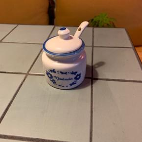 Sød lille flot porcelæns marmeladekrukke med tilhørende porcelæns ske . Krukken er ca 6 cm i diameter og 8 cm høj og vil sætte præg i et hvert hjem og på morgenbordet 😊
