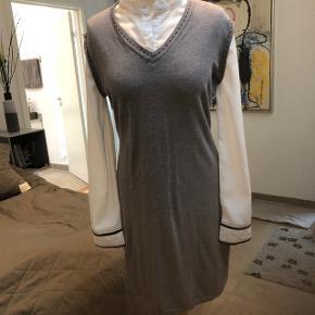 Lækker kjole med påsyet armer i grå og hvid. Fra ikke ryger hjem, løsthængende og i strech stof.