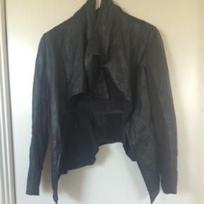 By second female læderjakke str. M . Rigtig fin jakke , dog er kommet en flænge på 2cm, ved den ene lomme, som er blevet lavet. Ikke noget man ser, men synes det skal nævnes. ellers er der ingen ridser eller slid i læderet .  Nypris 1300kr