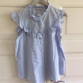 Sød skjorte uden ærmer. Fejler intet. Skulder og ned 64 cm. Brystvidde 53*2 cm. Stribet bomuld.
