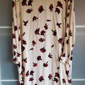 Smuk kjole fra Ganni.  Brystmål 120 cm. Længde 99 cm.