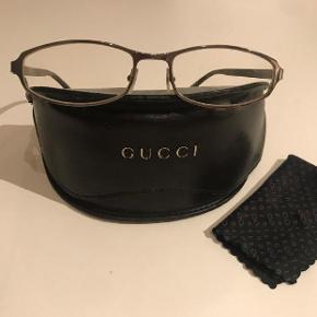 Flotte brillestel, som nye. Sælges for 500 Titanium/skildpadde stel fra Gucci. Nypris 3500.- Kan prøves i Rungsted. Porto 38 kr  Gucci brilleetui og klud kan vedlægges.