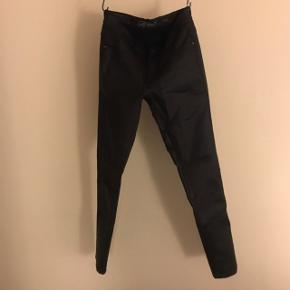 Str. M Længde 30  BYD Brugt 1-2 gange  Sorte læder bukser