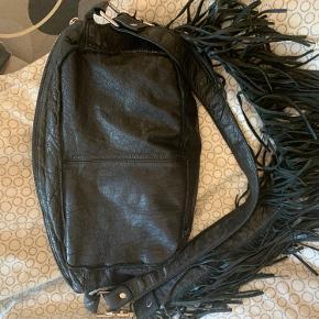 Super smuk Nunoo alimakka taske med frynsehank  UDGÅET MODEL!   Nypris 1.299