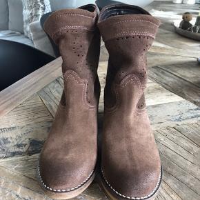 Sælger mine støvler for de står bare i skabet og jeg får dem ikke brugt. De er helt nye, har taget mærke af og har ikke kassen mere.