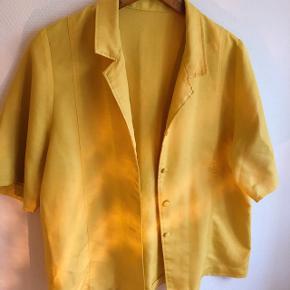 Fedeste vintage skjorte. Der er ingen mærker i, og vil næsten mene den er hjemmesyet, men er ikke sikker.  Vil tro den passer M/L.  Der er et par små tråde, men ikke noget man rigtig ser 🌟  #30dayssellout