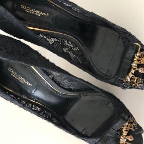 Varetype: Stilletter Farve: Sort Oprindelig købspris: 4500 kr.  Smukke Dolce & Gabbana sko, nærmest som ny. Brugt 1 gang indendørs, og derfor er der lidt pletter på sålen.   Aftagelige sikkerhedsnåle med pynt for et mere diskret look.     Skoene er købt for 2 år siden i Puerto Banus, Spanien, og har stået i dustbag siden.     Smid gerne et bud. Afhentning i Aarhus eller forsendelse for egen regning.