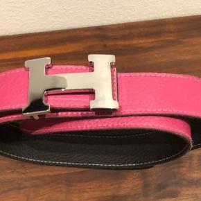 Kraftigt læderbælte med stort H som spænde - målet 120 cm - kan anvendes fra 92 til 104 cm med nuværende huller