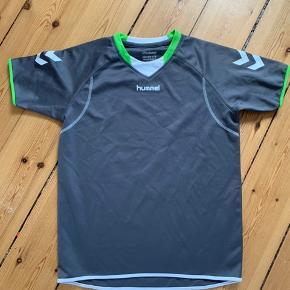 Pæn Hummel trænings t-shirt  Str. 12/152 Ingen pletter eller huller.