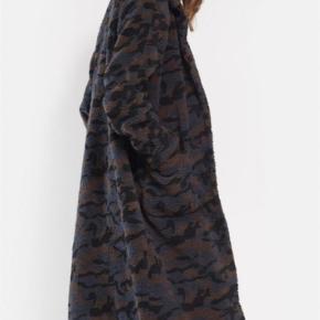 Varetype: Jakke Farve: Sort  Sælger min super fede teddy fleece jakke i camouflage da jeg ikke bruger den, den er sort, grå og brun:-)