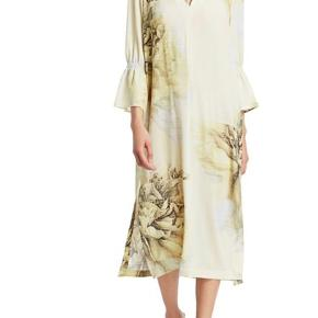 Smuk smuk kjole fra Baum und Pferdgarten. Kjolen har slids i siderne, flæser og rund hals med asymetrisk lukning. Materiale: 95% genanvendt polyester, 5% spandex  Bytter desværre ikke..
