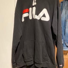 Sælger min fila hoodie da den er for stor, den fejler intet og er næsten ikke brugt:)  Passer til både mænd og kvinder