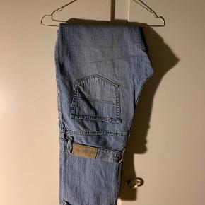 Hej! Jeg sælger dette par Gant Jeans. Det er en størrelse 34/34. De er i en helt fin stand og kan stadig bruges i lang tid endnu. Jeg sælger dem til 100kr. Hvis du har nogle spørgsmål til bukserne så spørg løs  Tjek gerne mine andre annoncer ud for en masse billige ting!