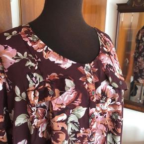 HUSK GRATIS FRAGT MED TS I FERIEN  Flot blomstret bluse fra ZbyZ i efterårsfarver og med pynte brystlommer. Længere bagtil. Aldrig brugt og stadig med mærker.  Det er en str.54/56.  Polyester. Mål: Bryst 70cmx2 Talje 73cmx2 Længde 75cm/80cm  Sender gerne:) Til salg flere steder