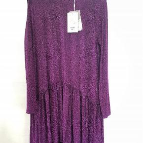 Smukkeste kjole fra ICHI, I STR Small. Den er udsolgt i alle butikker, sælges til 300 kr, ny pris 500. Med prismærke.
