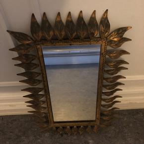 NEDSAT!!! Meget smukt og unikt gammelt blad spejl fra Spanien med den fineste patina.   Lavet i samme periode som de traditionelle solspejle  Mål på vintage spejl: 38 x 56 cm  Se også alle mine andre annoncer:)