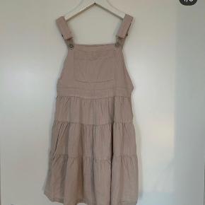 Skøn kjole i str 10 år. Næsten ny.   Pris 85kr