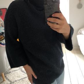 Lang navy-farvet sweater. Perfekt til koldere dage. Sweateren er brugt, men stadig i god stand.