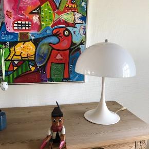 Panthella bordlampe designet af Verner Panton. Lampen fremstår i meget fin stand. Både fod og skærm fremstår i fin hvid stand. Skærmen har ingen revner. Højde: 58 cm. Diameter: 40 cm. (Kan leveres til Frederiksberg C)