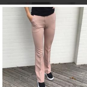 Sælger mine design by si bukser, da jeg ikke får dem brugt. De er i fin stand. Har syet dem ind i maven så de passer en medium, men kan sprættes op.
