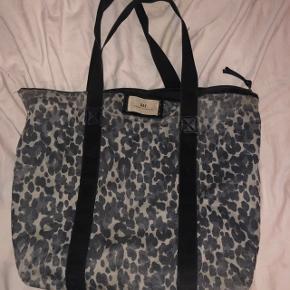 Tasken er brugt og elsket, hvilket den bærer en smule præg af. Intet er gået i stykker eller faldet af, og den fungerer som den skal!   Original pris: 350 kr.