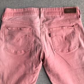 Fede koralfarvede jeans - lavtaljede med 7/8 længde. Masser af stretch.