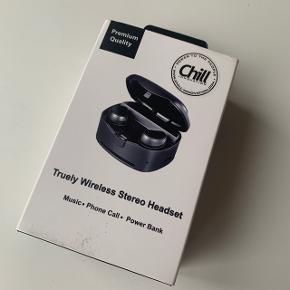 Ligger bare og samler støv. Fejler intet  Chill TWS trådløse In-Ear Bluetooth Høretelefoner inkl. ladeboks - Ægte trådløse In-Ear Bluetooth Høretelefoner (TWS) - Inkl. smart ladeboks (~4 opladninger) - Op til 4 timers drift (~20t med ladeboks) - 10mm Neodym højtalere for god lyd, dynamik & bas - Letvægt design egnet til sport & gaming (kun 4.7g hver) - Indbygget mikrofon for håndfri tale - IPX4 sved-/regntætte - Stemmeguide  - 3 sæt silikone propper (S/M/L)