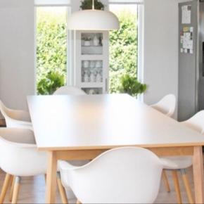 Flot stort spisebord i hvid melamin med trækant og træben + 6 hvide skal stole med aftagelige grå hynde.  2 år gammelt - sælges pga flytning Skal hentes i Frederikshavn