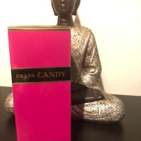 Prada CANDY 80ml edp! Vejledende pris 829kr Prisen er fast🍁  Prada Candy EDP is impossible to ignore. Explosive, excessive and sensual, this fragrance is an explosion of shocking pink and gold, combining, in excessive proportions, White Musks, noble Benzoin and a touch of Caramel, that accord to give the fragrance a truly unique signature. Fragrance Notes: musk, benzoin and caramel.