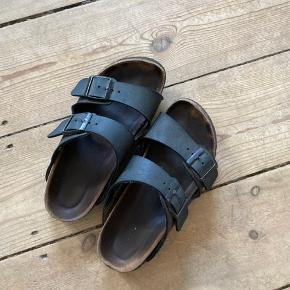 Sælger da jeg har købt et par nye   Mørkegrå med blød fodseng   Fitter en 36  Gået op i indersiden (se sidste billede), men man kan evt ofre at få det lavet hos en skomager. (Derfor den billige pris)