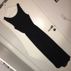Flot lang sort kjole med åben ryg 🤩 kun brugt 1 gang