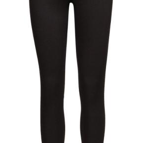 2NDDAY Jolie Perfect Black i str. 24. Stadig med prismærke. Super lækker og populær jeans!  Materiale: 69% bomuld, 27% polyester, 4% elastane. Nypris: 800kr.