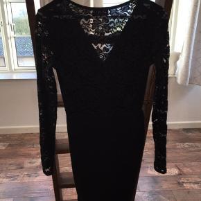 Super fin kjole, med blondeærmer og blonder på halvdelen af ryggen  Den er fra Club L