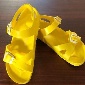 Fede sandaler, kun brugt få gange.  Kan vaskes i vaskemaskine. Måler ca 20,5 cm indvendig og ca 23 udvendig under sålen.