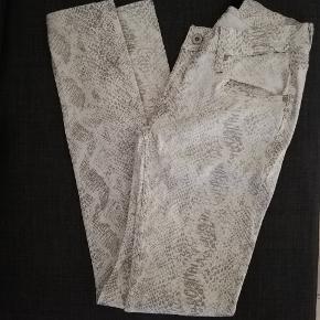 De flotteste bukser i hvid med grå tone.  Købt for små. Aldrig brugt.  Vasket 1 gang da de blev købt Der er stretch i og de måler liggende fladt på bord Talje 35 Udvendig benlængde 100 Indvendig benlængde 75 Bagdel 43