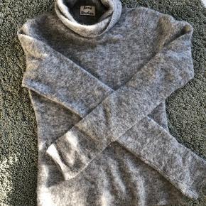 Lækker blød trøje fra Acne Studios 👌 Der er ikke tydelige brugstegn og den er i rigtig god stand!