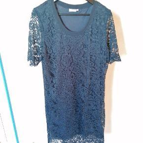 Mørkeblå blonde kjole som er tætsiddende. Jeg har kun brugt kjolen enkelte gange.