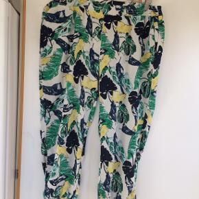 Fed bukser. livvidde 57 x 2 og benlængde 56 cm.