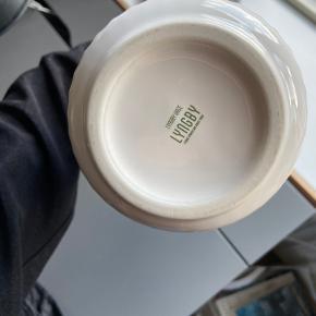 BESKRIVELSE: Smukt og elegant vase fra Lyngby🌙 Fejler intet og så god som ny!  MØDESTED: Aarhus C eller omegn   PORTO: Køber betaler - kan sendes med brev (10kr)🕊  RABAT: Jeg giver mængderabat, så tjek mine andre annoncer! 🌸 Har både ting fra GANNI, COS, Baum&Pferdgarten og &OtherStories!