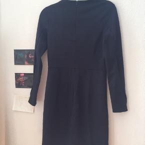 Fin mørkeblå kjole fra COS