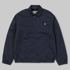 Info om jakken:  Madison Jacket Dark Navy / White rigid Color: Dark Navy / White Size: M  Købt i november 2018, men aldrig brugt.  Købspris 1.200,-  Sælges for 600,-  Kan beses på nørrebro i københavn
